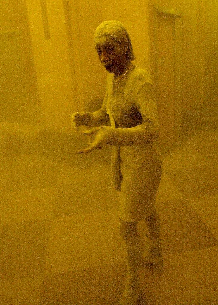 Gambar fail menunjukkan Marcy Borders diselimuti debu ketika berlindung daripada serangan pada 11 September 2001 di New York City. Beliau bagaimanapun meninggal dunia akibat kanser perut pada 2015. - Gambar AFP