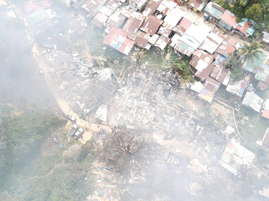 Pemandangan dari atas menunjukkan keadaan di Penempatan Telipok yang terbakar hari ini.