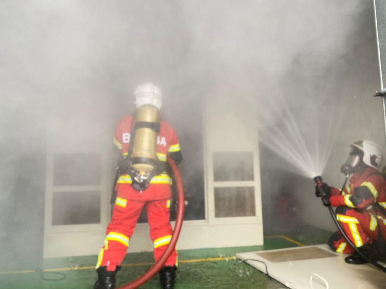 Anggota Bomba memadam kebakaran di Loji Rawatan Air (LRA) Semangar. - Gambar dari JBPM Negeri Johor